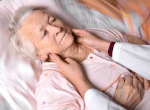 Dame âgée de examen de docteur féminin Photos stock