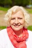 Dame âgée de sourire dans un jardin Photo stock
