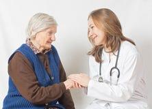 Dame âgée et le jeune docteur doux Images libres de droits