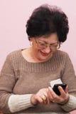 Dame âgée et téléphone intelligent. Photographie stock libre de droits