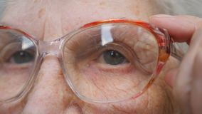 Dame âgée examinant la distance et enlevant des verres Mamie enlève des lunettes Fermez-vous vers le haut du portrait de la grand clips vidéos