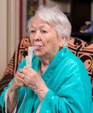 Dame âgée faisant une inhalation Images libres de droits