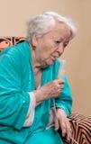 Dame âgée faisant une inhalation Photographie stock libre de droits