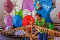 Dame âgée fait la structure en bois du parapluie Image stock