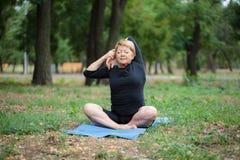Dame âgée fantastique sur une formation de yoga sur un fond d'extérieur Sport pour chacun concept Copiez l'espace Image libre de droits