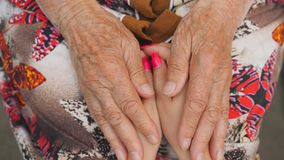 Dame âgée frottant de jeunes mains femelles Petite-fille et grand-mère passant le temps ensemble Soins et concept affectueux banque de vidéos