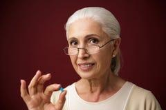 Dame âgée gaie montrant le geste correct regard de l'appareil-photo Photo libre de droits