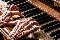 Dame âgée jouant le plan rapproché de piano Photo libre de droits