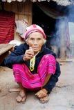 Dame âgée Karen Tribal Village blanc, Mae Hong Son, Thaïlande Photographie stock libre de droits