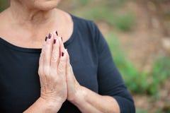 Dame âgée méditante en gros plan sur un fond de jardin Concept de zen et de méditation Photos libres de droits