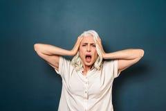 Dame âgée mûre avec le mal de tête Photos stock