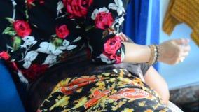 Dame âgée massant le style thaïlandais pour l'homme thaïlandais banque de vidéos