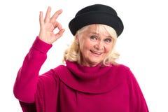 Dame âgée montrant le geste correct Images stock