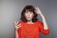 Dame âgée par milieu confus avec le pullover rouge Images libres de droits