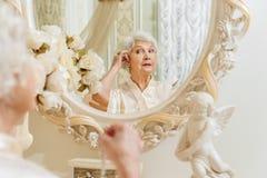 Dame âgée portant les bijoux chers Photo stock