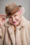 Dame âgée positive tenant son chapeau à la main Photos libres de droits