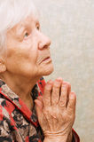 Dame âgée prie Photos libres de droits