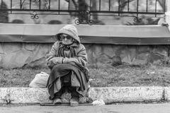 Dame âgée prie pour l'aumône par la route Photos libres de droits