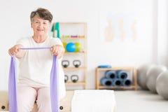Dame âgée s'exerçant au gymnase Image stock