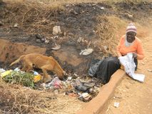 Dame âgée sans abri aux déchets muets photographie stock
