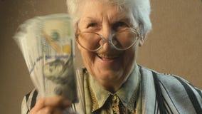 Dame âgée se réjouit l'argent banque de vidéos