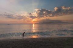 Dame âgée seule se tenant sur la plage Nha Trang, Vietnam Photos stock