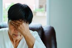Dame âgée souffrant du mal de tête, effort, migraine, concept de problème de santé images stock