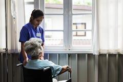 Dame âgée sur un fauteuil roulant Photos libres de droits