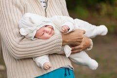 Dame âgée tenant son petit-fils photos libres de droits