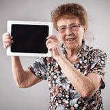 Dame âgée tenant un comprimé Photos libres de droits