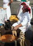 Dame âgée traite des pistons de maïs photographie stock