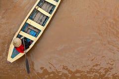 Dame âgée vietnamienne sur le bateau traditionnel dans le delta du Mekong image stock