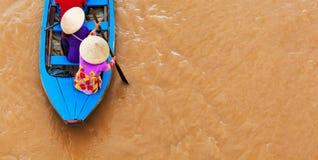 Dame âgée vietnamienne sur le bateau traditionnel dans le delta du Mekong image libre de droits