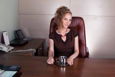Dame élégante de sourire dans le bureau de travail Photos stock