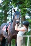 Dame-équestres adolescents vérifiant ses dents du ` s de cheval de baie conditionnent image stock