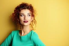 Dame über gelbem Hintergrund Stockfotografie