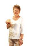 Dame aînée avec la cuvette de café. Image stock