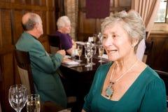 Dame aînée dans le restaurant Images stock