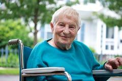 Dame aînée heureuse dans le fauteuil roulant Images stock