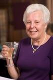 Dame aînée heureuse dans le restaurant Images libres de droits