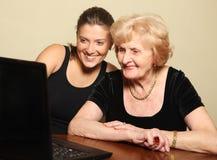 Dame aînée sur l'ordinateur Images libres de droits