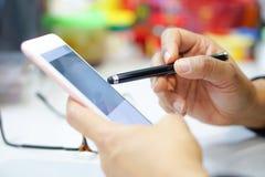 Dame active asiatique de femme tenant le téléphone portable pour communiquer au sujet du travail au bureau photo stock