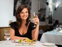 Dame alleen in restaurant Stock Foto