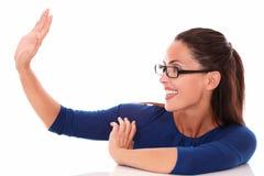 Dame amicale avec des verres faisant des gestes une salutation Photo libre de droits