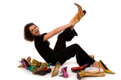 Dame assez jeune et attirante essayant sur des chaussures photo stock