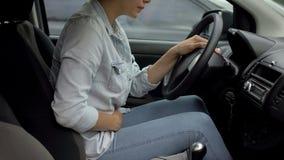 Dame attirante conduisant la voiture sentant la douleur prémenstruelle forte, déséquilibre d'hormone photos libres de droits