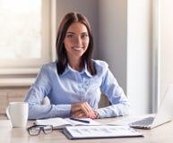 Dame attirante d'affaires dans le bureau photo libre de droits