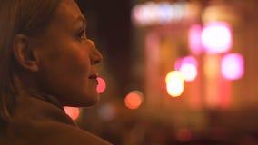 Dame attirante de brune regardant des lumières de ville de nuit, illumination de mégalopole clips vidéos