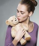Dame attirante soufflant son jouet câlin un baiser Photo stock