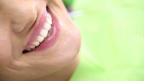 Dame attirante souriant avec le sourire blanc comme neige, satisfaction avec le traitement image libre de droits